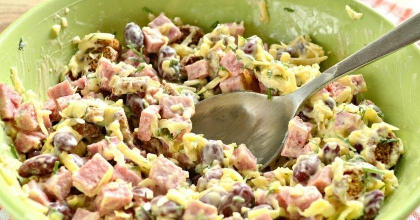 Немецкий салат с фасолью и колбасой
