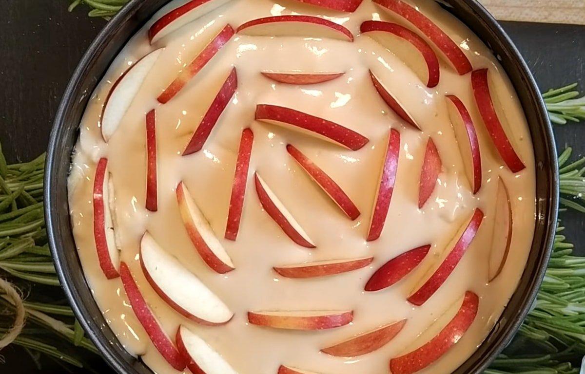 Проста шарлотка на кефірі в духовці
