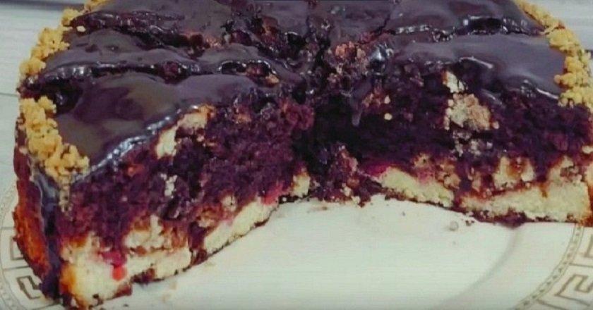 Шоколадный пирог с творогом и вишней