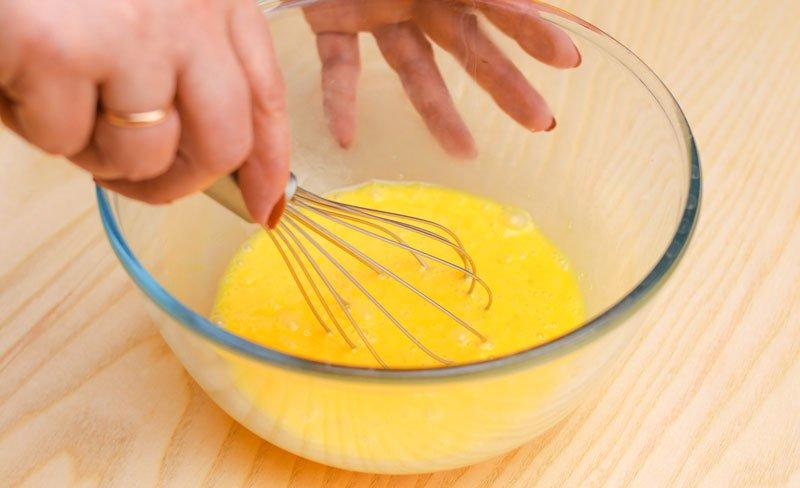 взбивать яйца