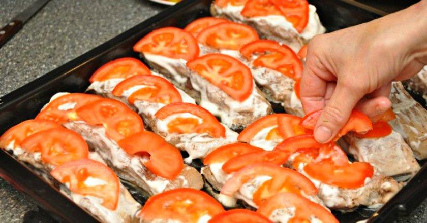 Толстолобик, запеченный с помидорами