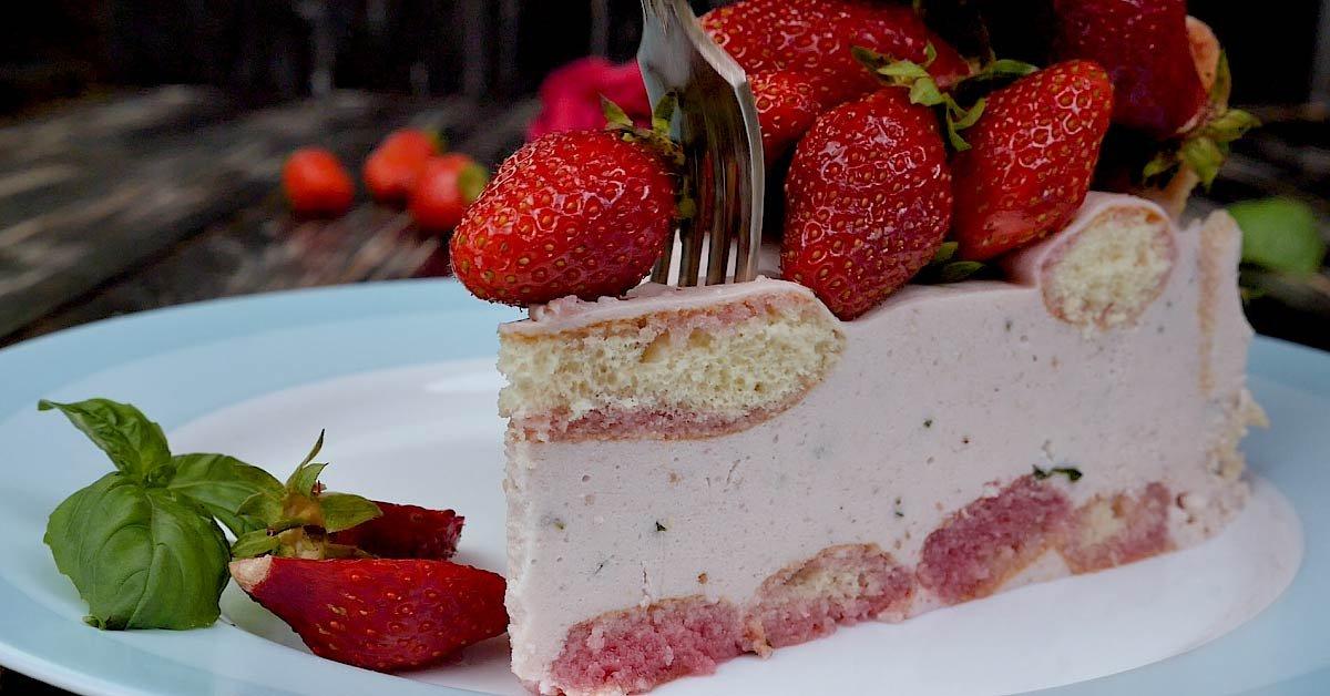 торт-шарлотка с клубникой и базиликом