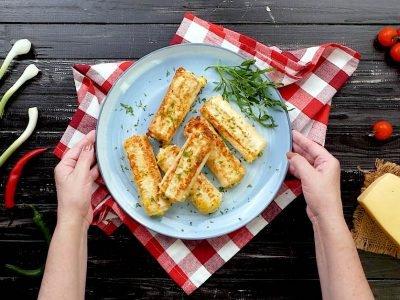 Трубочки из лаваша с яйцом и сыром