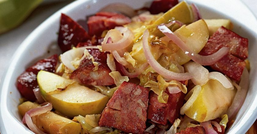 Тушеная капуста с яблоками и колбасками