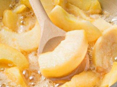 Тушеные яблоки с финиками и корицей