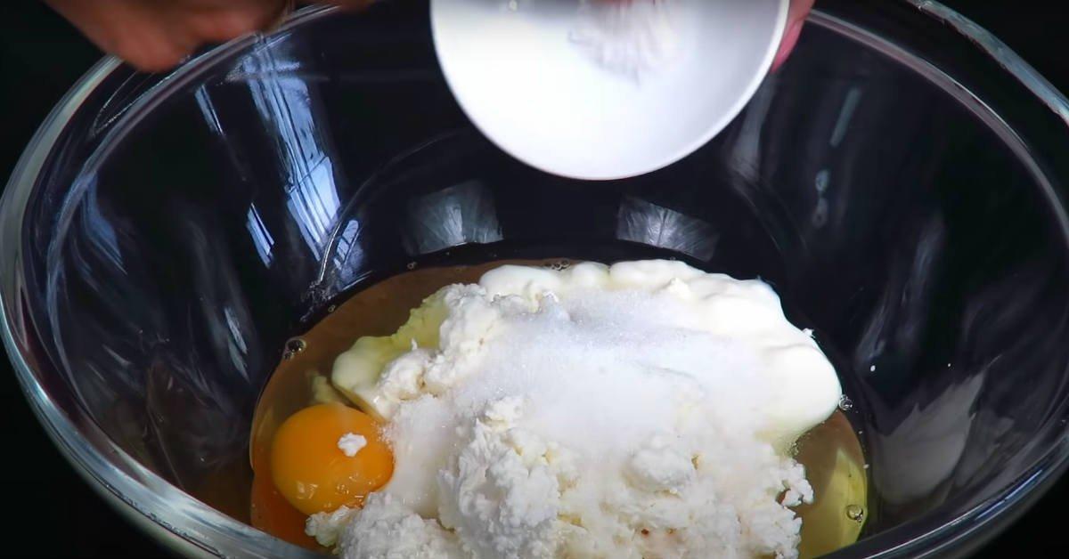 Сирний коржик з яблуками на сковороді