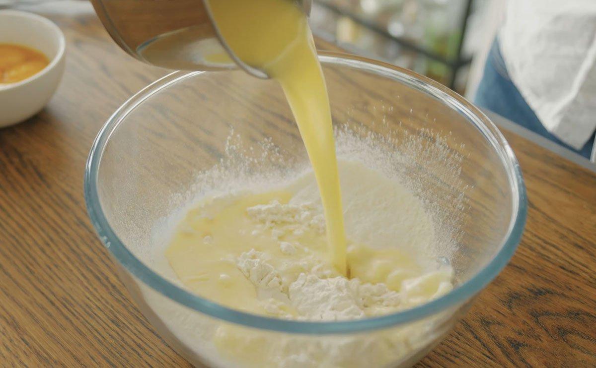 приготовление теста на пирог