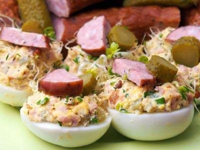 Яйца, фаршированные колбасой