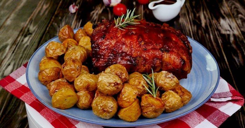 Запеченная свиная корейка с картофелем