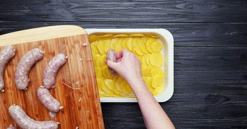 Запечені ковбаски - готуємо з покроковими фото