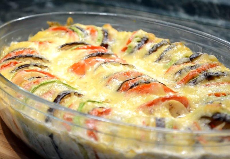 баклажаны, запеченные с овощами и сыром