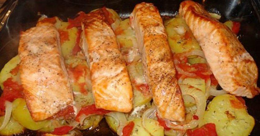 Запеченный с картофелем лосось